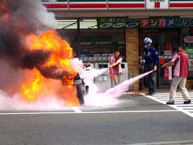 コンビニの前で激しく炎上するバイク